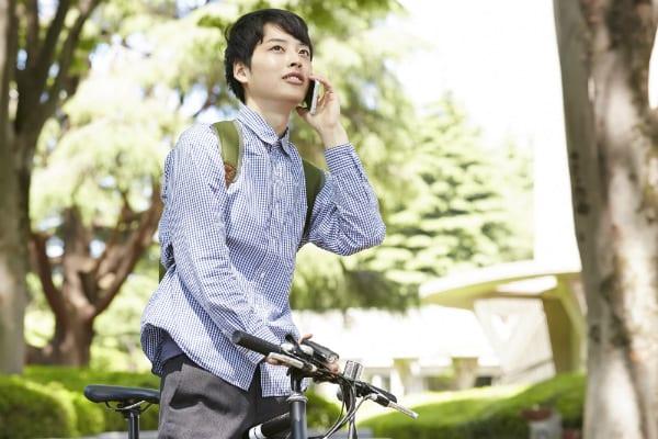電話をしながら自転車に乗る男性
