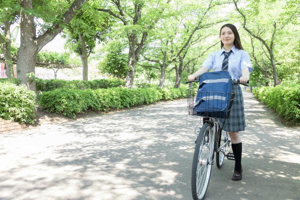 自転車で投稿する女子高生