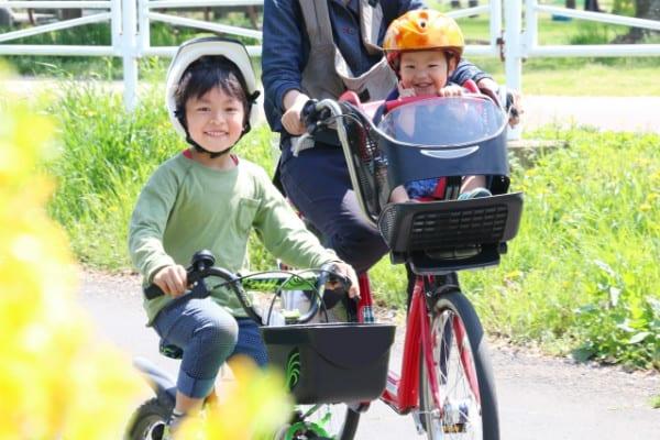 子どもと一緒に自転車に乗る家族