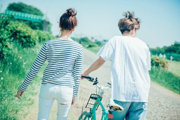 一緒に自転車に沿って歩く